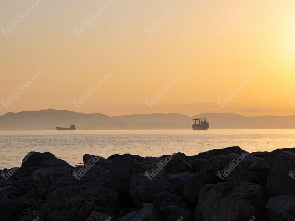 Закат на пляже в Кабардинке, валуны, море, корабли