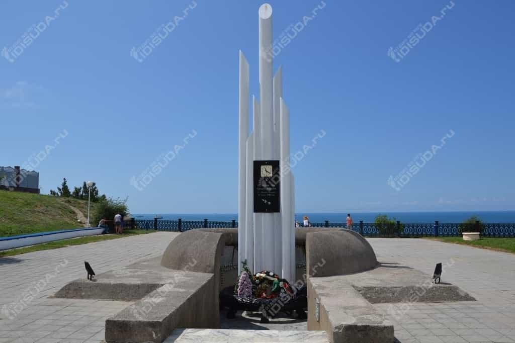 Памятник адмиралу Нахимову на мысе Дооб в Кабардинке, венок, скульптурная группа